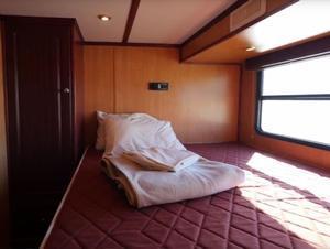 54 Escape Houseboat