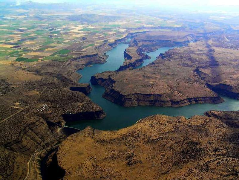 Lake Billy Chinook has many canyons and coves Photos
