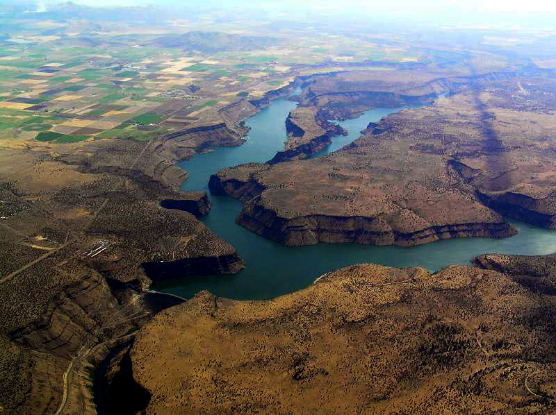 Lake Billy Chinook has many canyons and coves