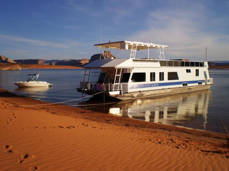 Houseboats and powerboats are the perfect combination