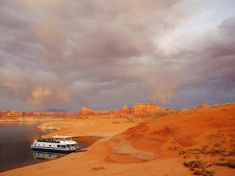 Envelop yourself in the majestic edges of beautiful Glen Canyon Photos