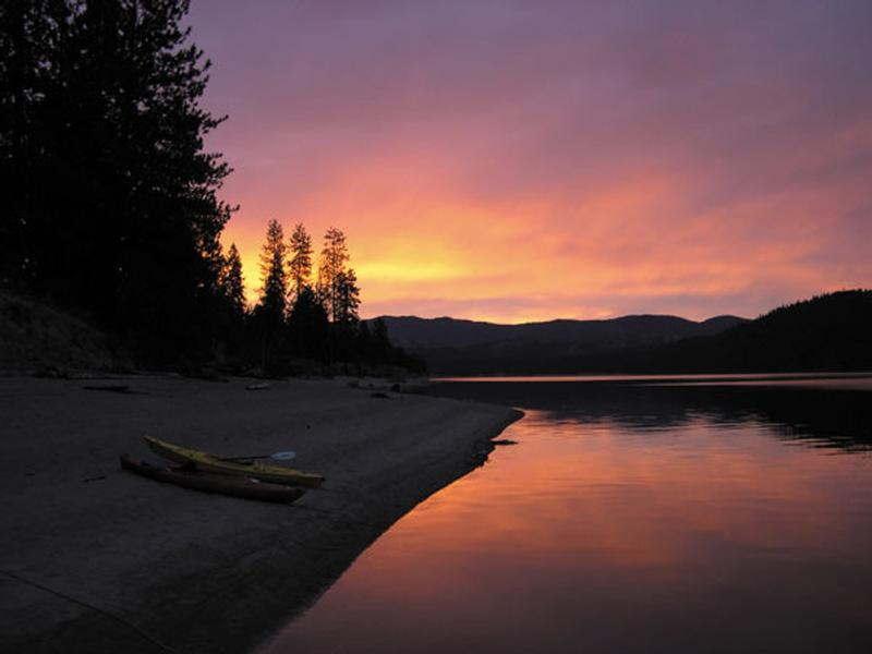 A beautiful sunset on Lake Roosevelt Photos