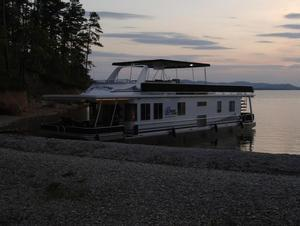 How to Choose the Best Houseboat for You