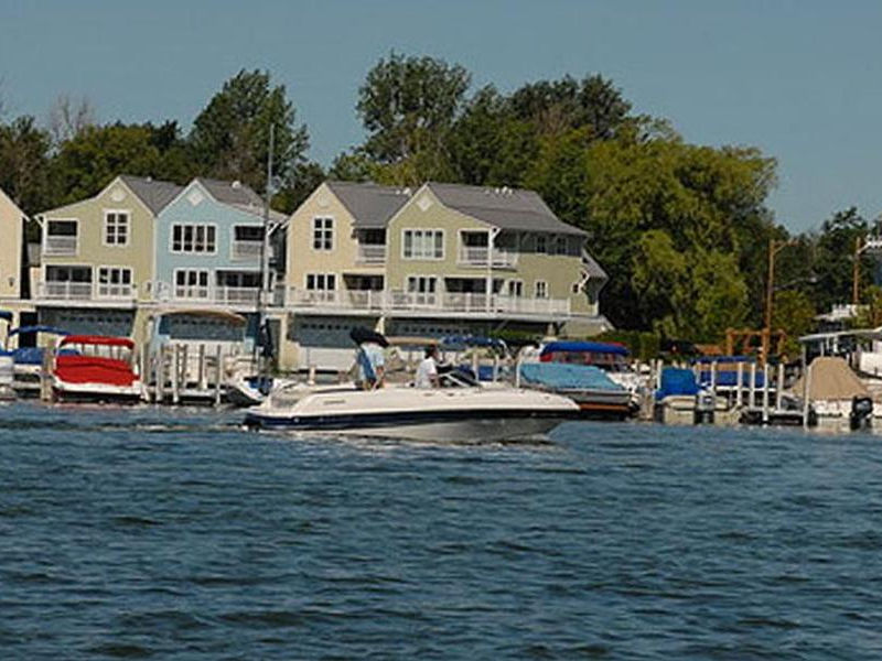 Powerboats make an excellent companion to any houseboat Photos